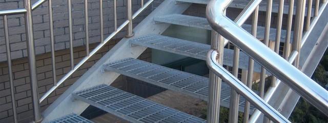 Sàn thép grating còn được sử dụng thi công các bậc cầu thang ngoài trời
